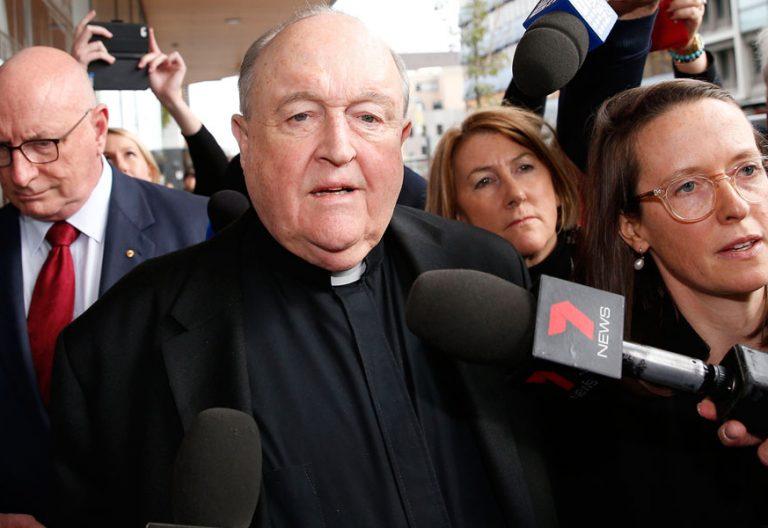 El arzobispo de Adelaida, Australia, Philip Wilson saliendo del juzgado tras ser condenado a un año de prisión por encubrimiento de abusos en 1976