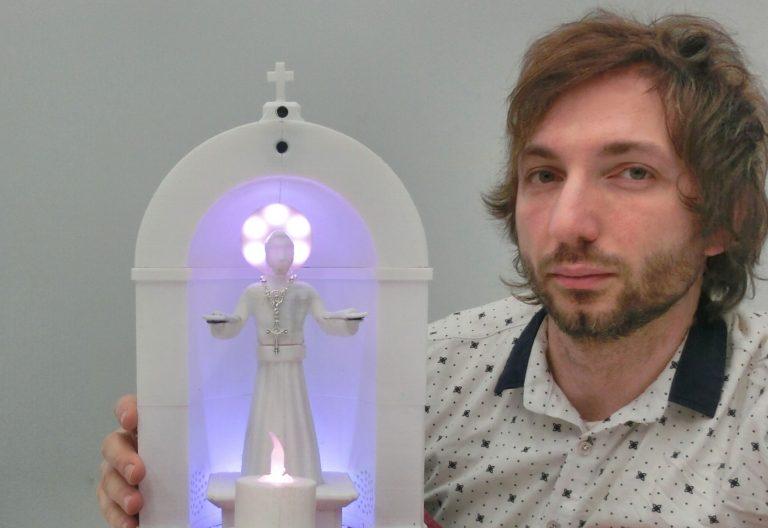 El profesor Gabriele Trovato, creador del primer robot católico contemporáneo