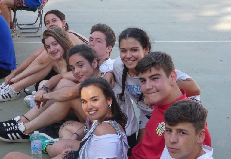 Foto de unos jóvenes seguramente de la JOC mandada por Raquel Lara para su blog