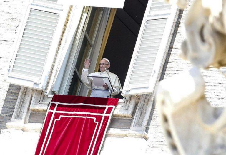 EPA6477. VATICANO (VATICANO), 29/06/2018.- El papa Francisco oficia el rezo del Angelus en la Plaza de San Pedro en el Vaticano hoy, 29 de julio de 2018. EFE/ Giuseppe Lami