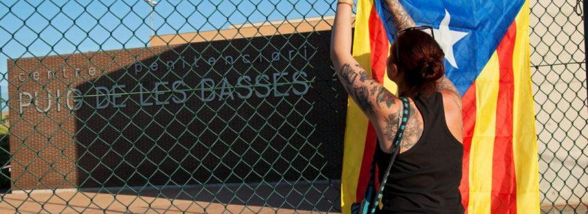 Una manifestante delante del Centro Penitenciario del Puig de les Basses/EFE