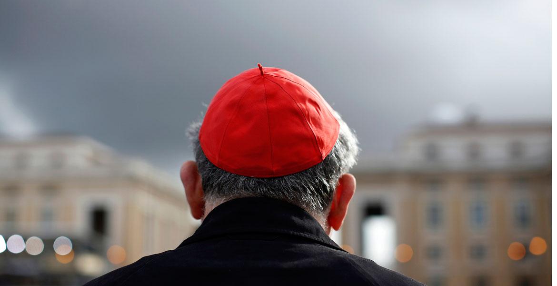 Un cardenal en la plaza de San Pedro, en el Vaticano