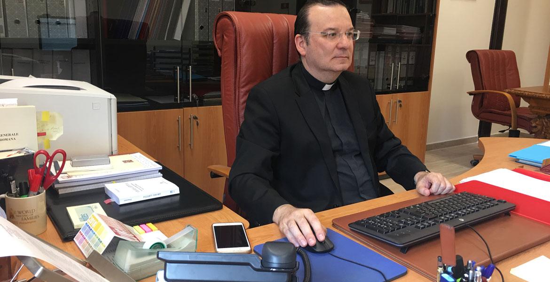 Carlos Simón, delegado de Familia y Vida del DIcasterio para los Laicos, la Familia y la Vida, en su despacho en el Vaticano (foto julio de 2018)