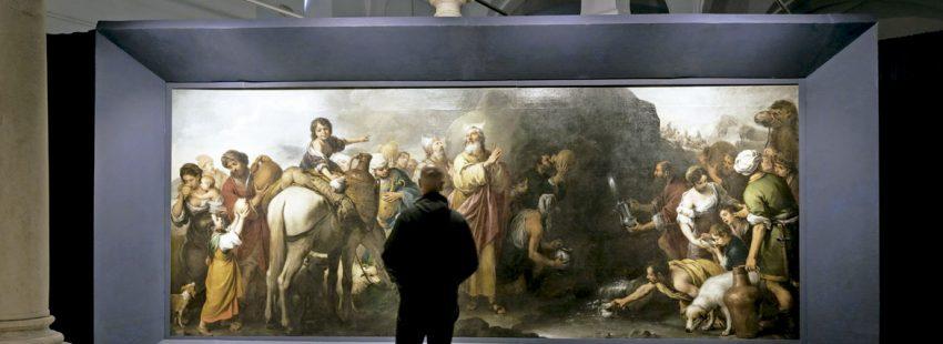 Un hombre mirando una obra en un museo
