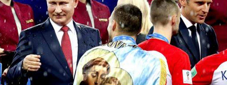 Mateo Kovačić saluda a Vladimir Putin con una bandera de San Antonio de Padua a la espalda en la final del mundial