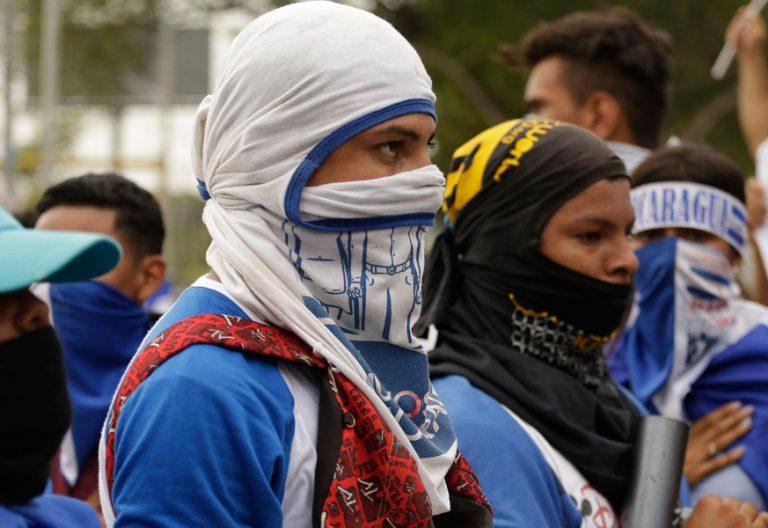 jovenes manifestantes encapuchados protestan contra el gobierno de niacaragua presidido por daniel ortega