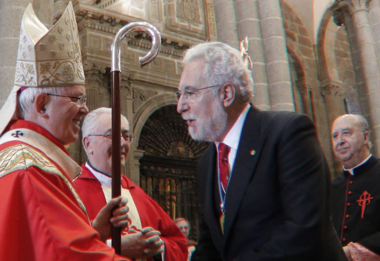 Arzobispo de Santiago Julian Barrios saluda al oferente de la misa del apostol santiago miguel angel santalices al final de la misa presidente del parlamento gallego