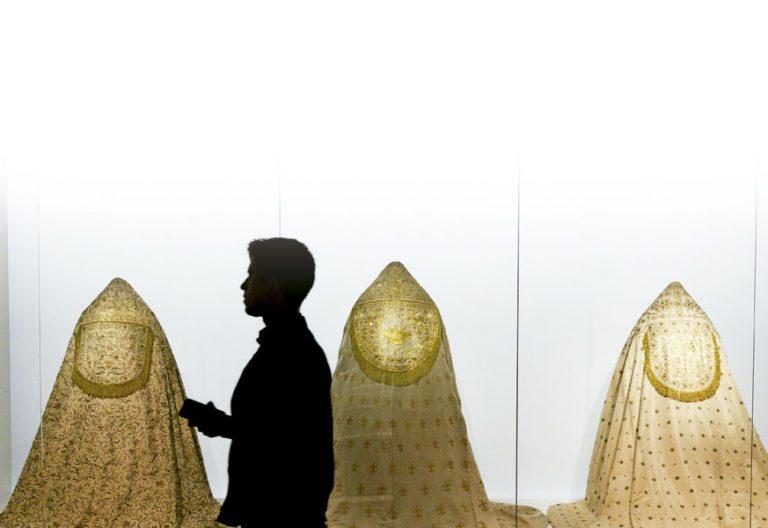 casullas expuestas en la exposicion heavenly bodies del metropolitan museum of art de nueva york, llamado met