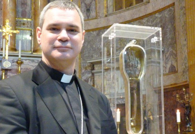 nuevo arzobispo de Melbourne Peter Comensoli posa con el brazo de san Francisco Javier en Roma