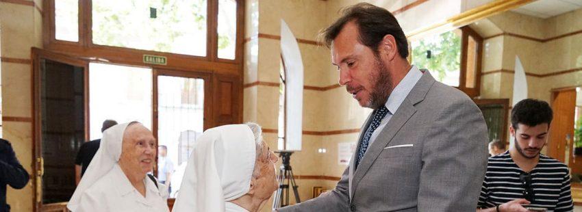 Óscar Puente, alcalde de Valladolid, con unas monjas en una residencia de ancianos en Valladolid, en junio de 2018