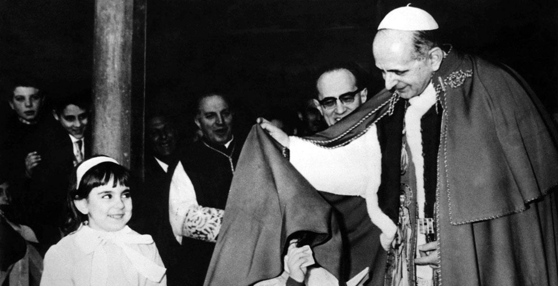 El papa Pablo VI juega con unos niños