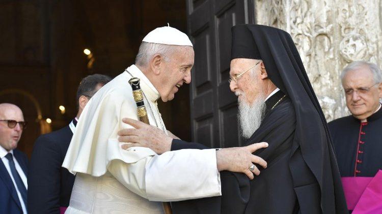 El papa Francisco saluda a los patriarcas en su visita ecuménica a Bari