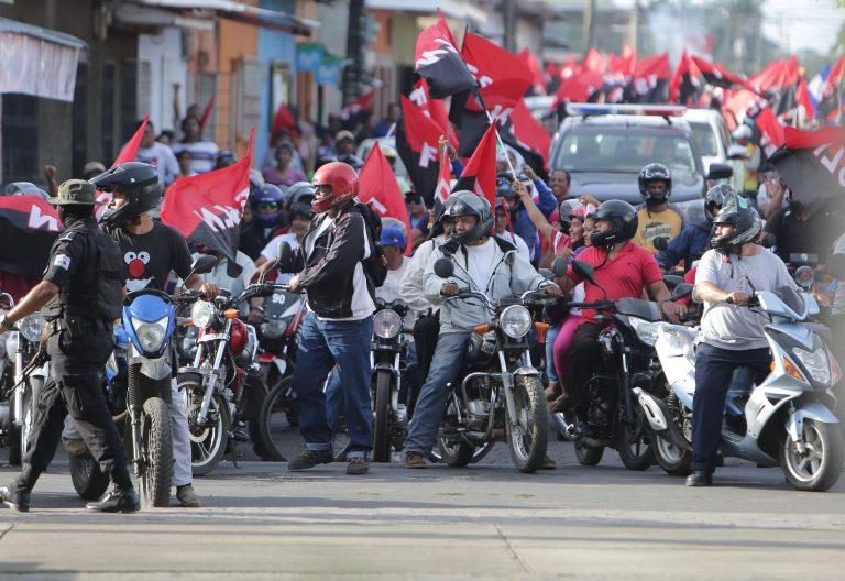 Sandinistas y orteguistas manifestandose en nicaragua