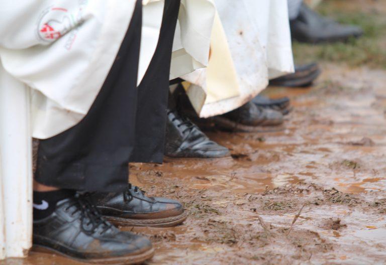 kenia pies de sacerdotes en el barro en una misa del papa