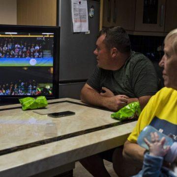 Una familia irlandesa sigue por televisión la vigilia del Papa