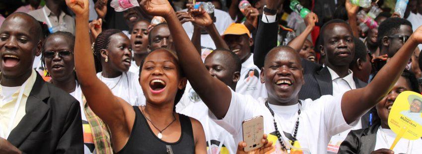 Jovenes celebran la llegada del papa francisco a uganda en 2015