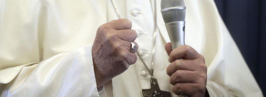 El papa Franciaco, durante su riueda de prensa en el aviçon que le lleva a Romas tras su viaje a Irlanda para particiapr el 25 y 26 de agosto de 2016 en el EMF de Dublín, y que se vio alterado por las noticias sobre los abusos en las diócesis de Pensilvania ay la carta del exnuncio Carlo Maria Viganó donde pedía su renuncia