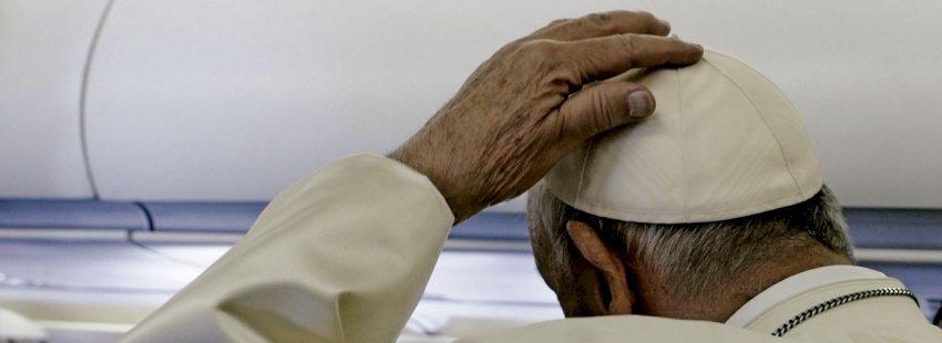 El papa Francisco en el avión de regreso a Roma de su visita a Irlanda