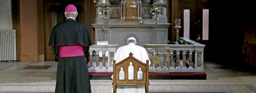 El papa Francisco reza durante su visita a Irlanda agosto 2018