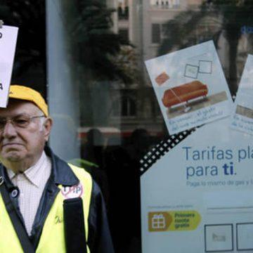 Un pensionista se manifiesta contra la pobreza energética