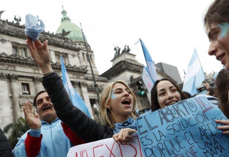 -FOTODELDÍA- BAS06. BUENOS AIRES (ARGENTINA), 08/08/2018.- Centenares de personas contrarias a la ley del aborto se manifiestan en el exterior del Senado en Buenos Aires (Argentina) hoy, miércoles 08 de agosto de 2018. Grupos a favor y en contra de la ley del aborto se manifiestan a la espera de la decisión de los legisladores. EFE/David Fernández