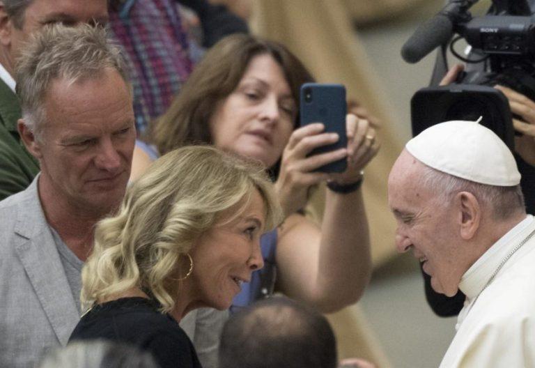 El Papa Francisco saluda a Sting y a su mujer