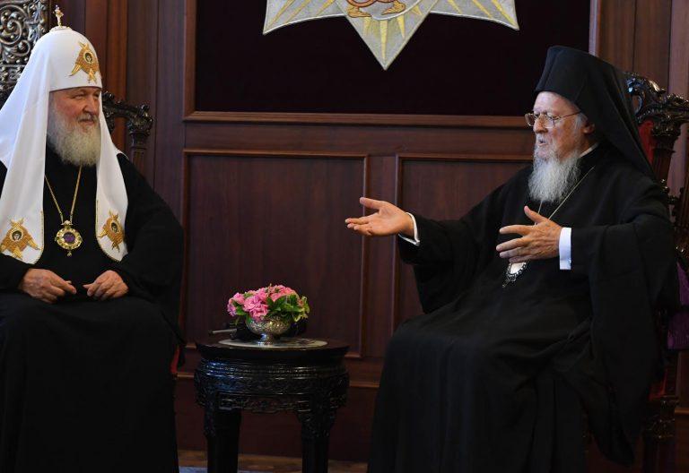 Kirill, patriarca de Moscú, y el patriarca ecuménico Bartolomé I, durante su encuentro en Estambul