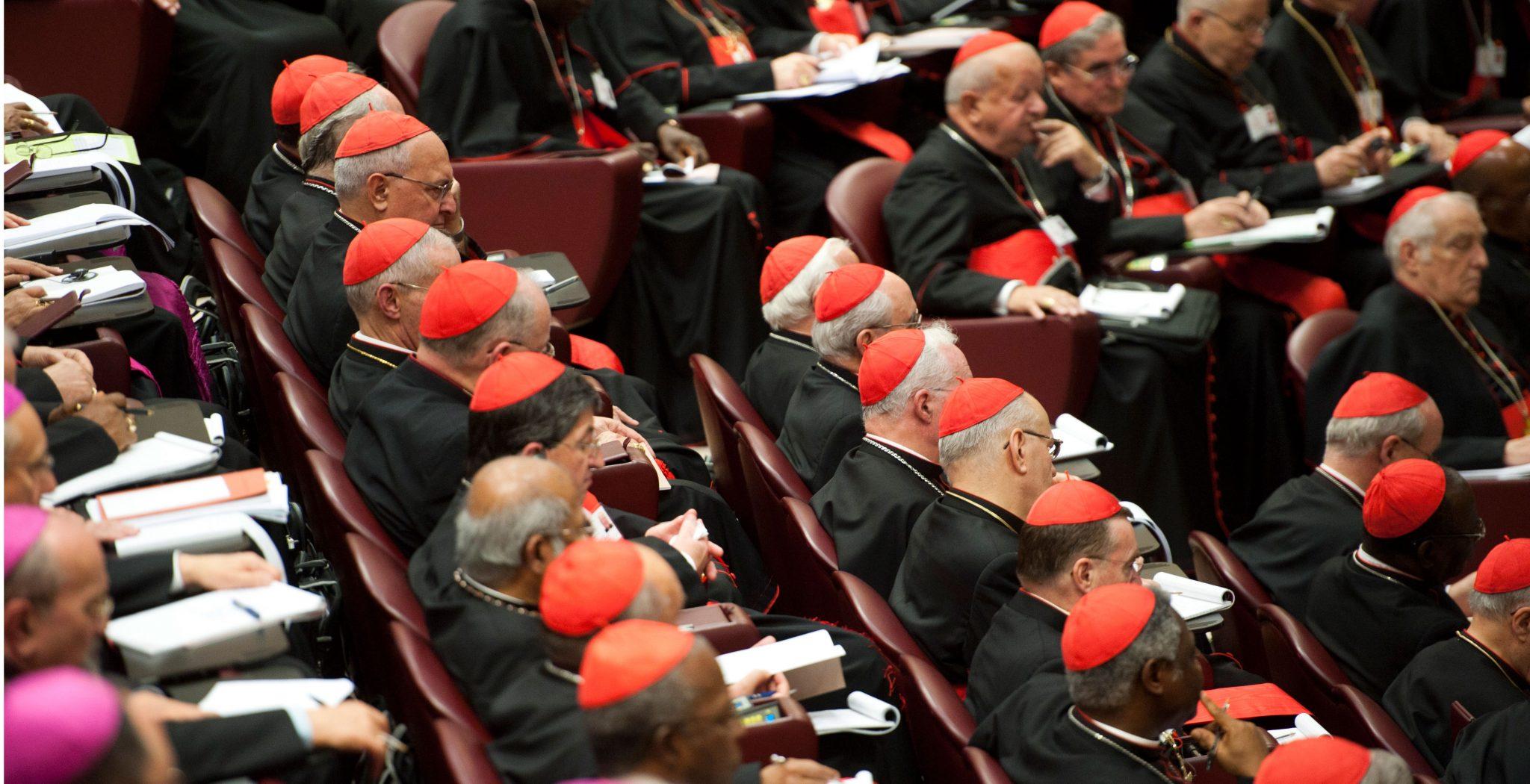 Los obispos en el aula sinodal