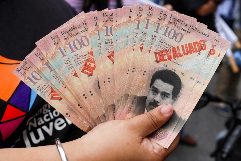 Falsos billetes con el rostro de Nicolás Maduro, durante una protesta contra el Gobierno venezolano
