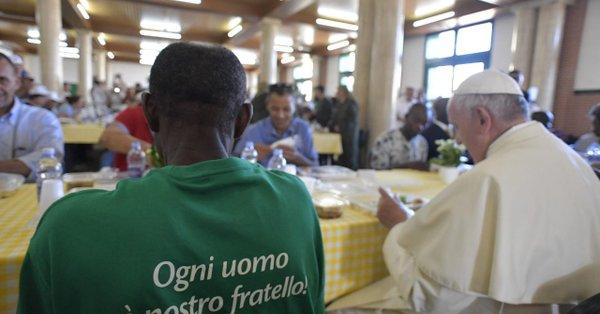 Francisco, comiendo con presos e inmigrante en Misión Esperanza durante su visita a Palermo el 15 septiembre 2018