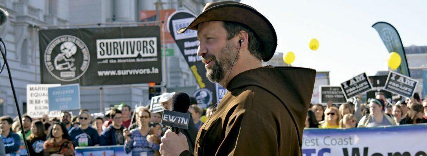 Un reportero de EWTN cubriendo la marcha por la vida de la Costa Oeste en Estados Unidos