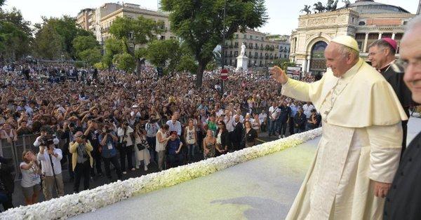 Francisco saluda a los jóvenes en Palermo durante su visita el 15 de septiembre de 2018