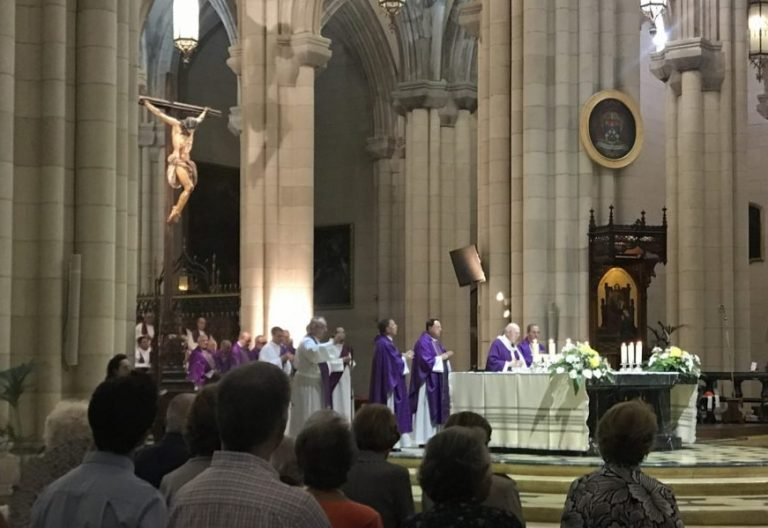 El cardenal Carlos Osoro preside el funeral por Anastasio Gil
