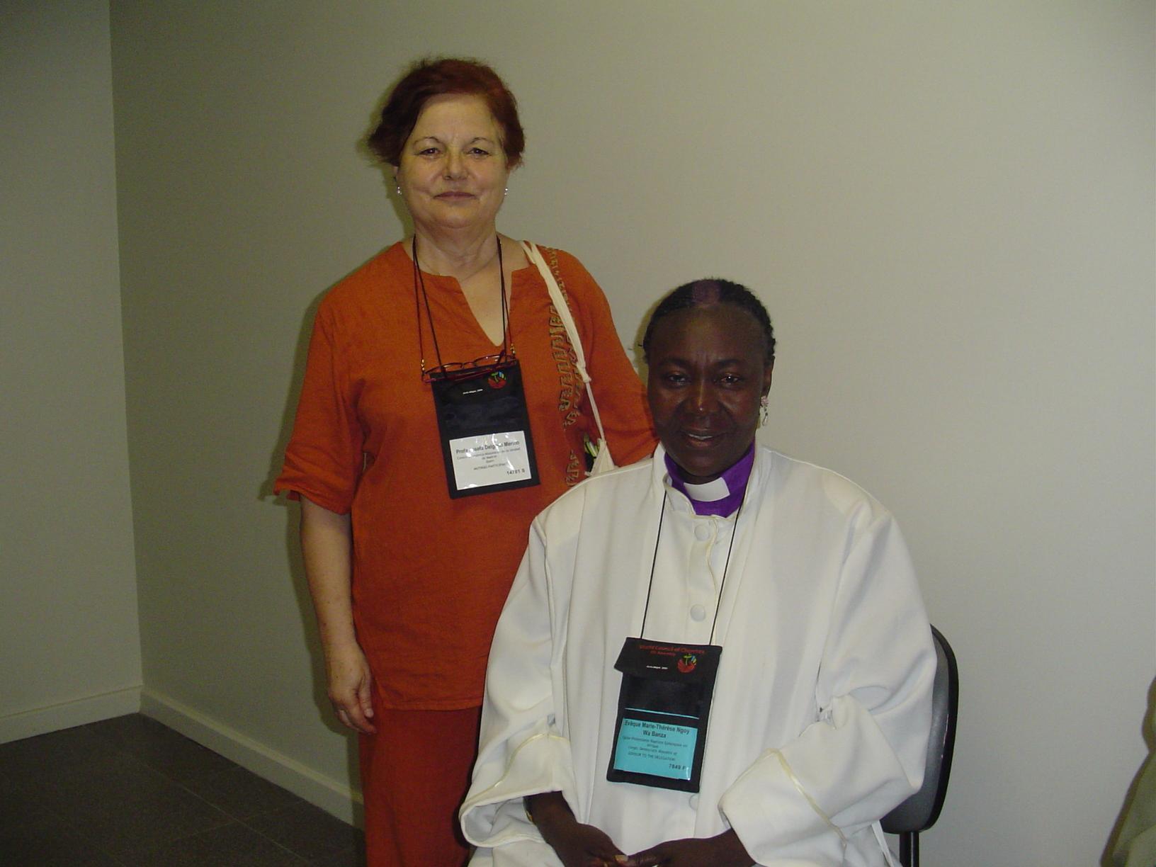 Maria Jose Delgado con una obispa luterana en el Consejo Mundial de las Iglesias