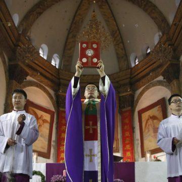 Un sacerdote chino celebra la eucaristía en Beijing/EFE