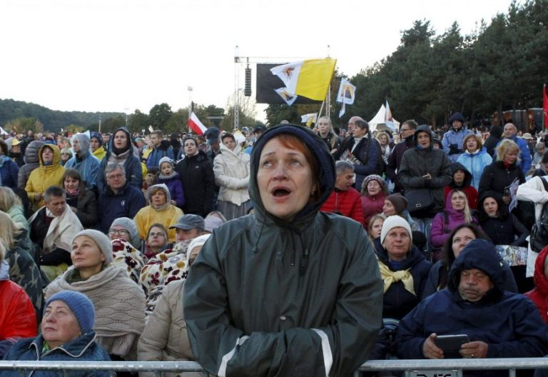 Un grupo de feligreses en el Santakos park de Kaunas, donde celebró misa el Papa/EFE