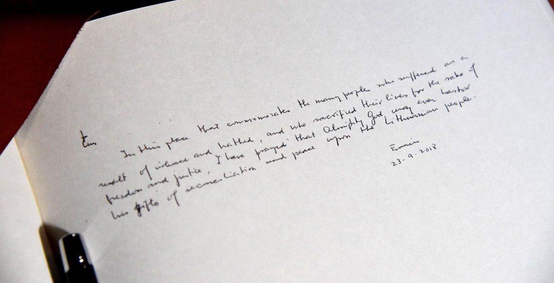 El Papa firma en el libro en el Museo de la Ocupación y la Lucha por la Libertad de Lituania/EFE