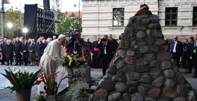 Francisco, ante el monumento a las víctimas de los totalitarismos en Lituania/EFE