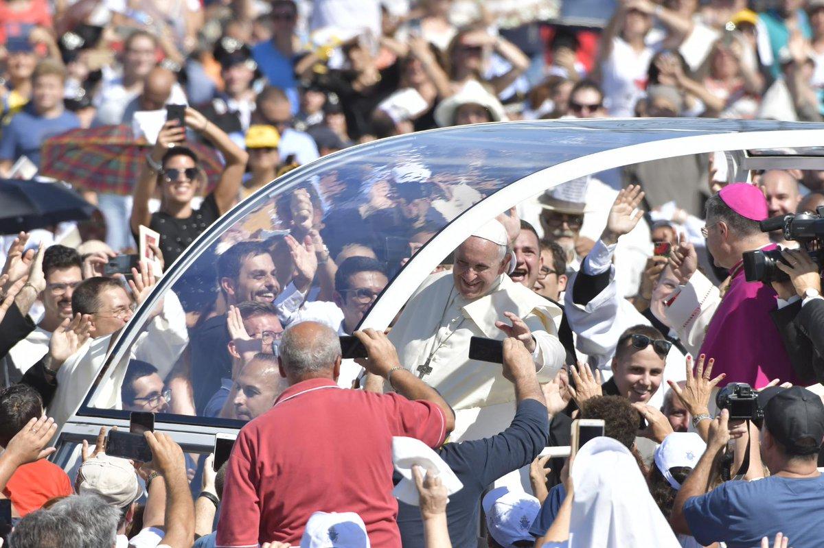 Francisco saluda a la gente que se agolpa en el Foro Itálico para asistir a la eucaristía en memoria del sacerdote Pino Puglisi el 15 de septiembre de 2018