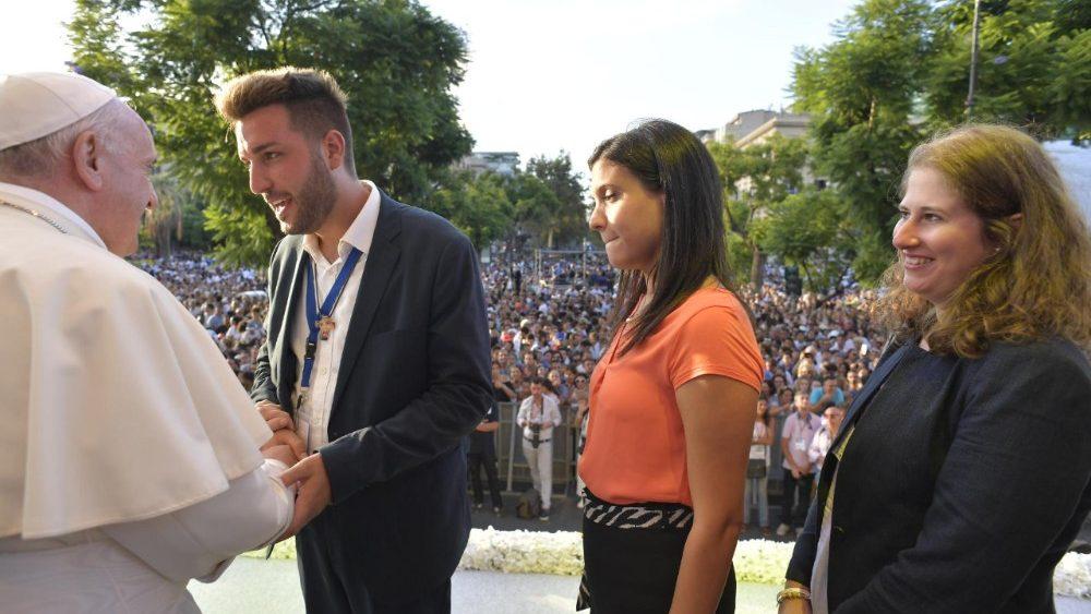 El Papa, con los jóvenes que le hicieron las preguntas en el encuentro en la Piazza Poliuteama durante su visita a Palermo el 15 de septiembre de 2018