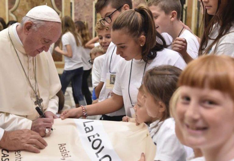 Francisco firma carteles del congreso teología y ternura en una audiencia con sus asistente en el Vaticano (septiembre 2018)