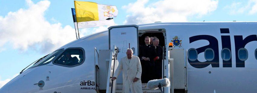 El papa Francisco en su llegada a Estonia