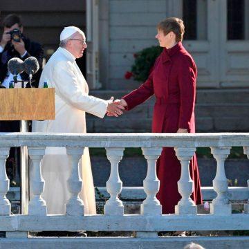 El papa Francisco saluda a la presidenta de Estonia, Kersti Kaljulaid