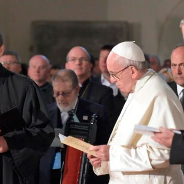 El papa Francisco, durante la oración ecuménica en la catedral luterana de Riga, en Letonia