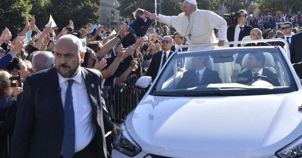 El papa Francisco en Sicilia, camino de Piazza Armerina, primera escala de su visita pastoral a la isla 15 de septiembre 2018