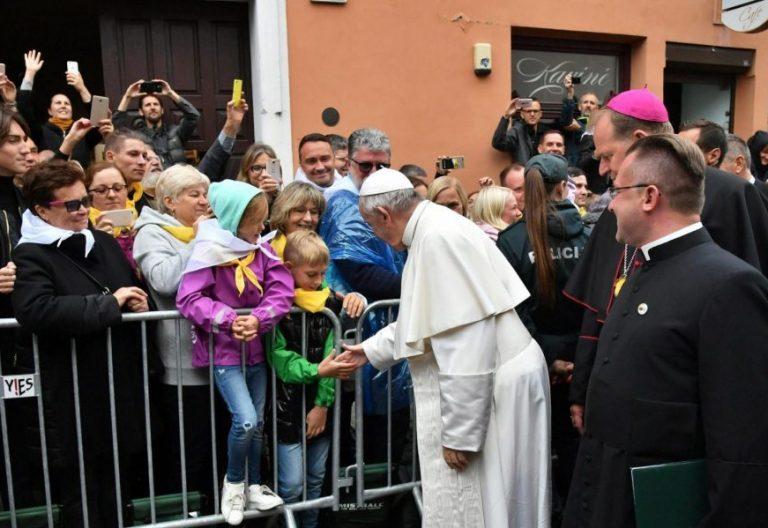 El Papa, a su llegada a la Basílica de Nuestra Señora de la Misericordia