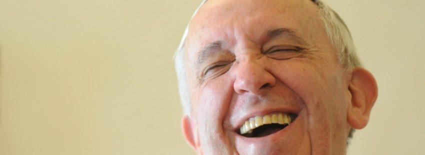 El Papa Francisco, riéndose
