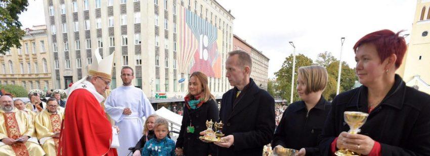 El papa Francisco oficia la Santa Misa en la Plaza de la Libertad en Tallin (Estonia)/EFE