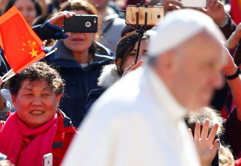 El Papa Francisco, ante una bandera de China