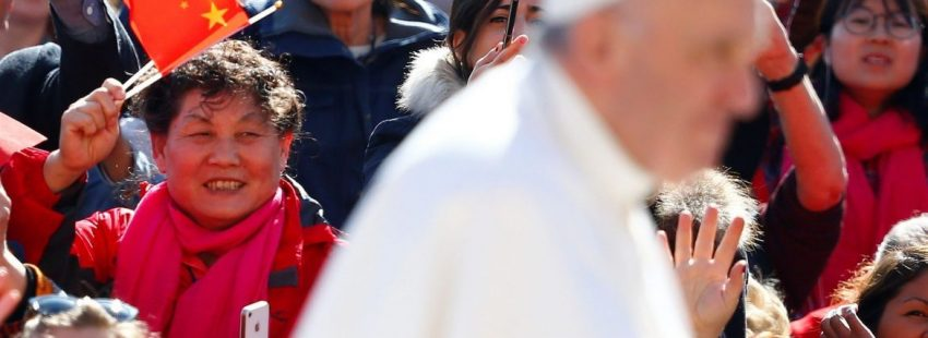 El Papa Francisco, ante una bandera de China
